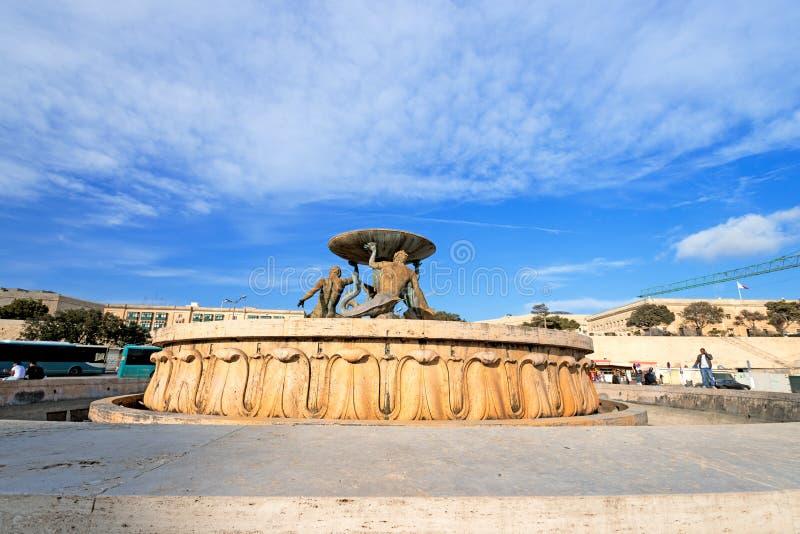 Den Triton springbrunnen i stadsportfyrkanten av Valletta arkivfoton