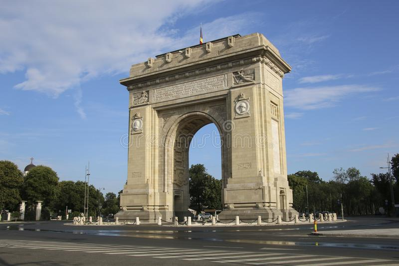 Den triumf- bågen Arcul de Triumf i Bucharest, Rumänien royaltyfria bilder