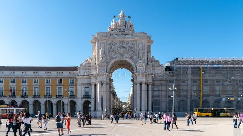 Den triumf- Ruaen Augusta Arch, Arco Triunfal da Rua Augusta på det Lissabon centret, Portugal royaltyfri foto