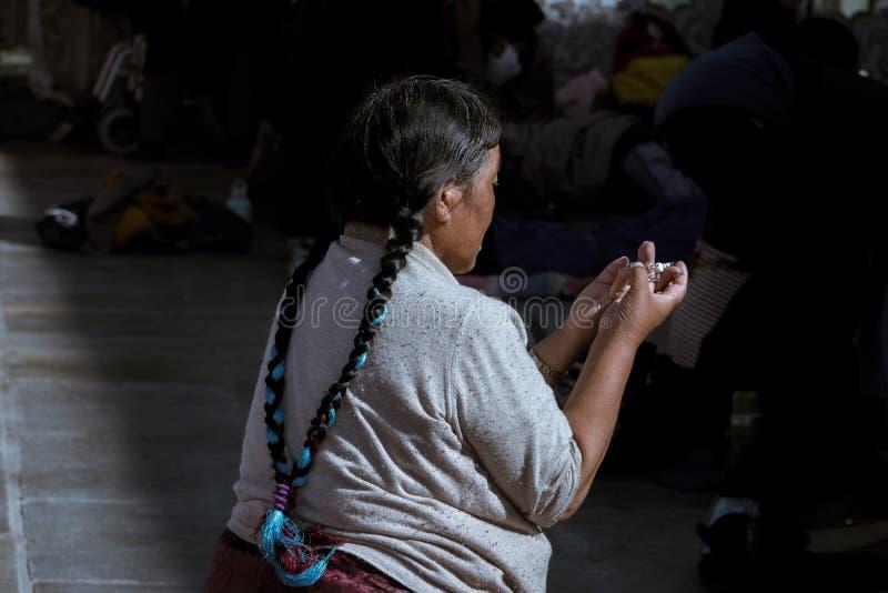 Den trogna bönen framme av templet arkivfoton