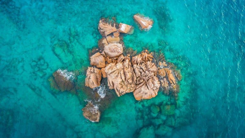 Den tropiska ön med havet och gömma i handflatan taget från surret Seychellerna flygbild St Pierre ö arkivfoto