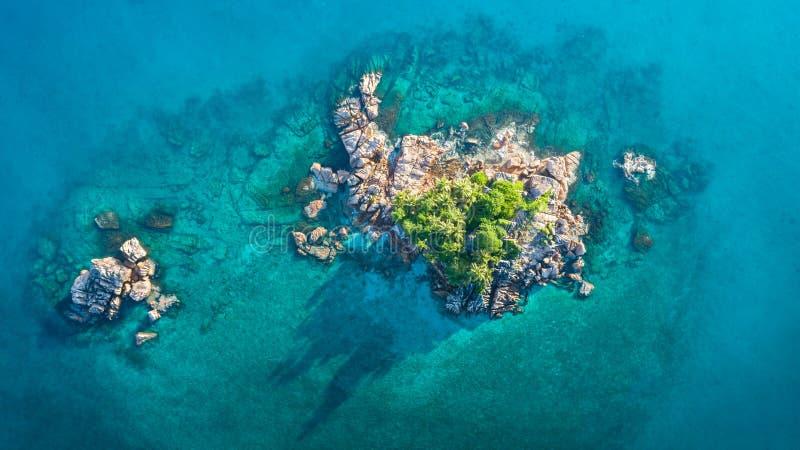 Den tropiska ön med havet och gömma i handflatan taget från surret Seychellerna flygbild St Pierre ö royaltyfri fotografi