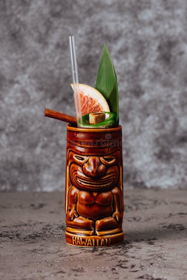 Den tropiska coctailen tjänade som i ett tikistilexponeringsglas royaltyfria bilder