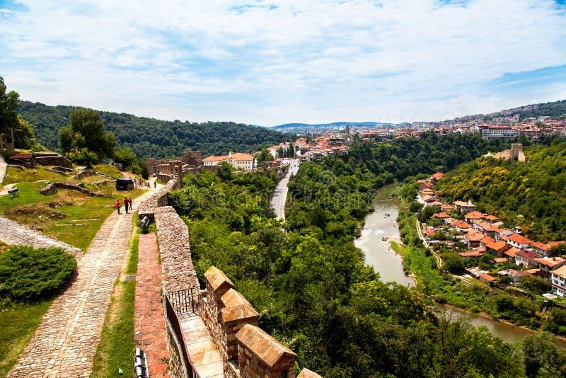 Den Tsarevets fästningen i Veliko Tarnovo, den berömda staden korsade vid den Yantra floden och bekant som t arkivfoton