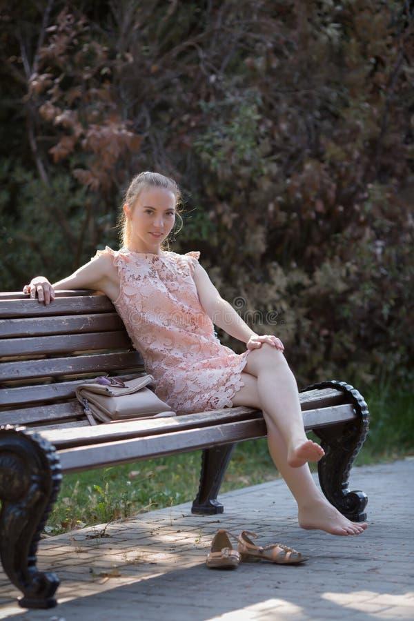 Den tunna flickan som vilar i, parkerar i tidig tid royaltyfri fotografi