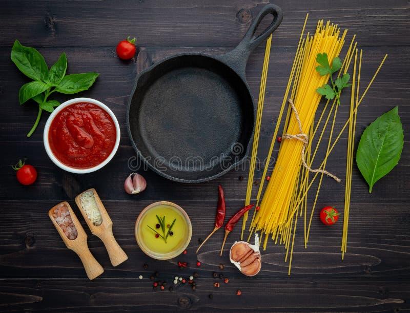 Den tunna spagettin på svart träbakgrund arkivbild