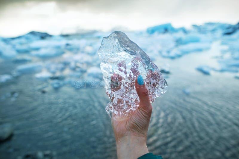 Den turist- flickan rymmer ett kvarter av is i hennes hand Det står på royaltyfria bilder