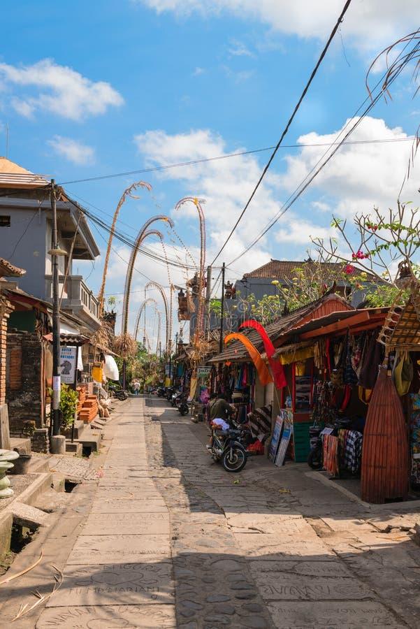 Den turist- gatan dekorerade vid traditionell penjor på Bali arkivfoto