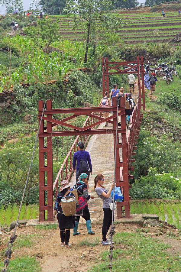 Den turist- gruppen gjorde stoppet på fotbron i Sa-PA arkivfoton