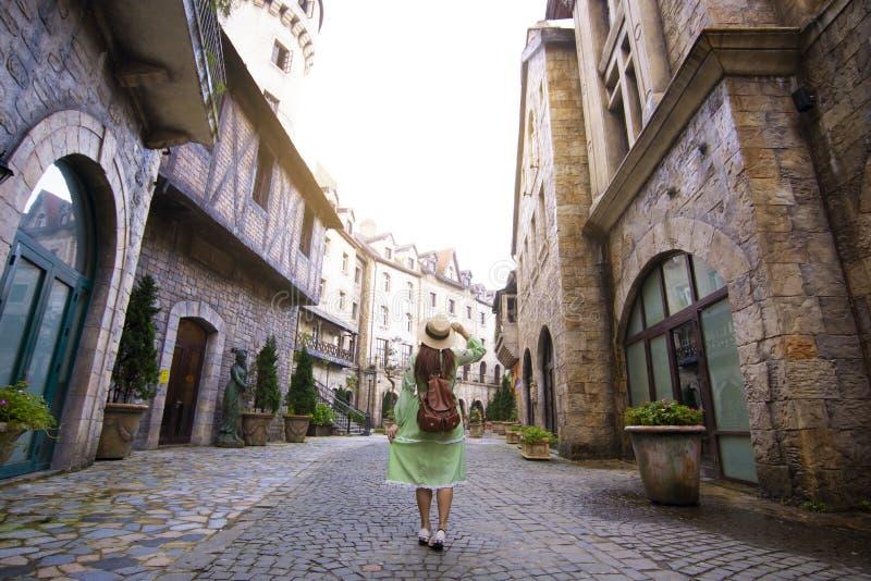 Den turist- kvinnan reser inom fransk by på Bana kullar i Danang royaltyfria foton