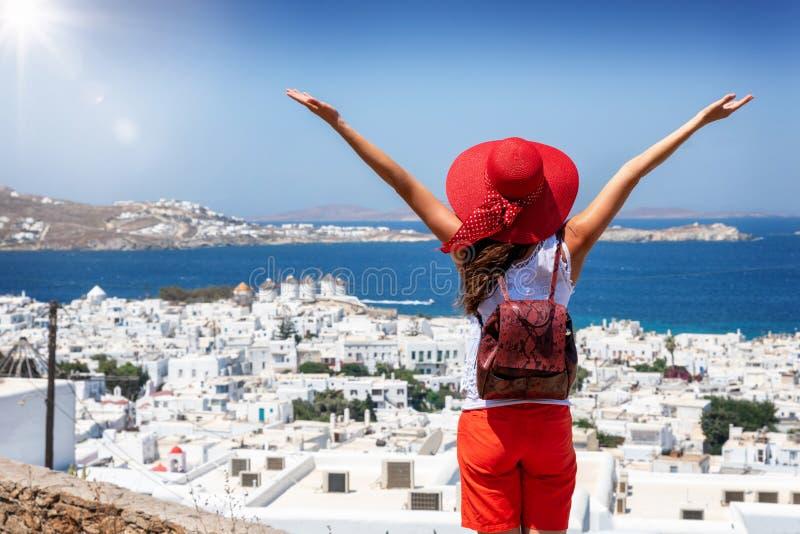 Den turist- kvinnan tycker om sikten över den Mykonos staden, Cyclades, Grekland royaltyfri foto