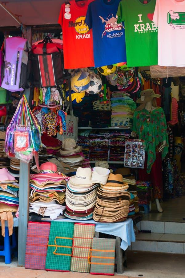 Den turist- souvenir shoppar i Krabi, Thailand royaltyfri foto
