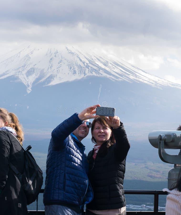 Den turist- vännen tar ett foto med en härlig Fuji bergbakgrund royaltyfri foto