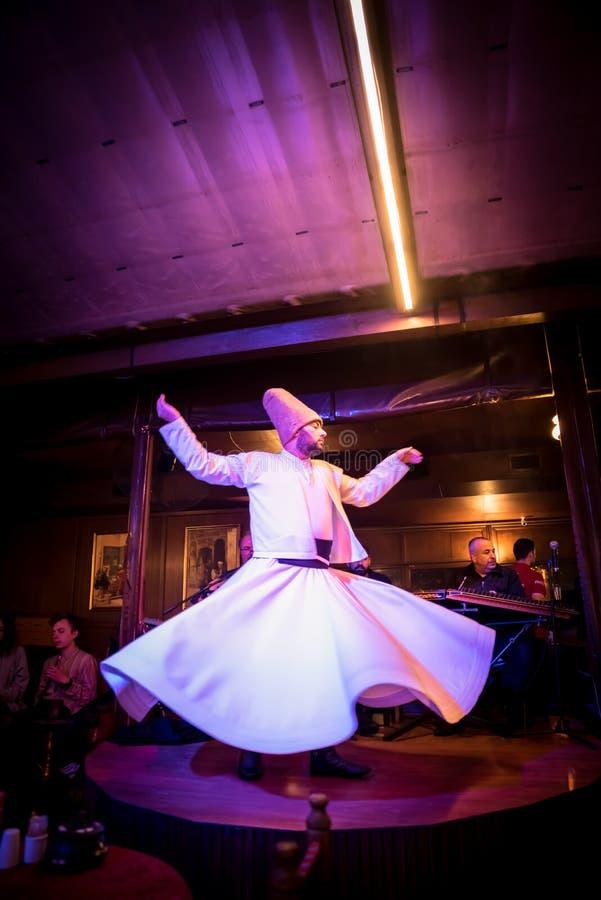Den turkiska dervischmannen utför Mevlevi, Sama ceremoni royaltyfria bilder