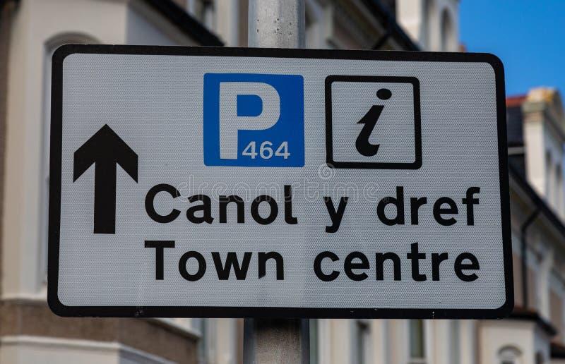 Den tvåspråkiga gatan undertecknar i Llandudno norr Wales royaltyfri bild