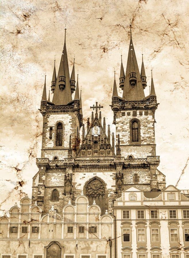 Den Tyn kyrkan i t den gamla stadfyrkanten i Prague i Tjeckien Tappning grunge, retro stilfoto arkivfoto