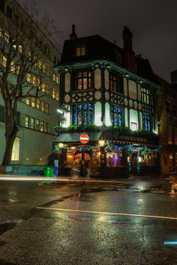 Den typiska engelska baren i den Burton gatan, Mayfair dekoreras för jul royaltyfri fotografi