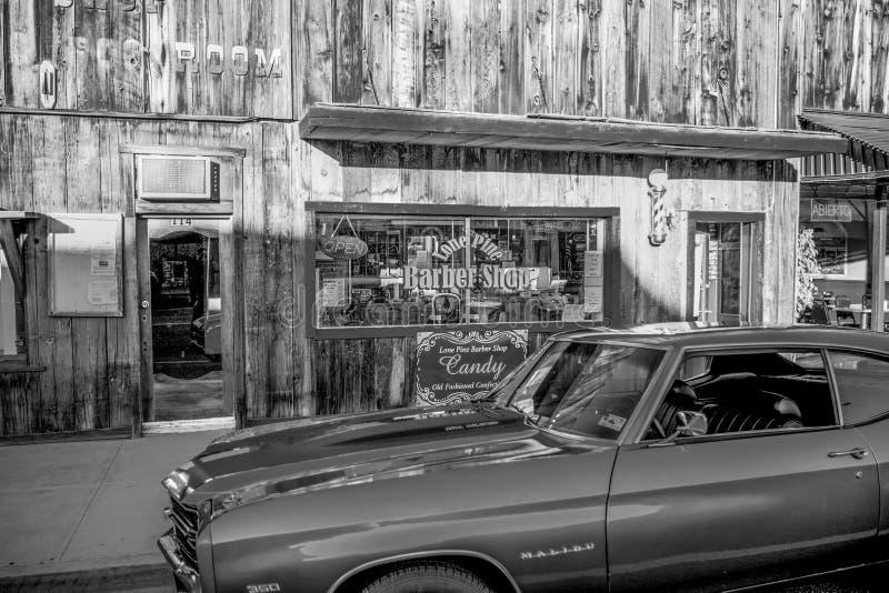 Den typiska gatasikten i den historiska byn av ensamt s?rjer - ensamt s?rja Ca, USA - mars 29, 2019 royaltyfri fotografi
