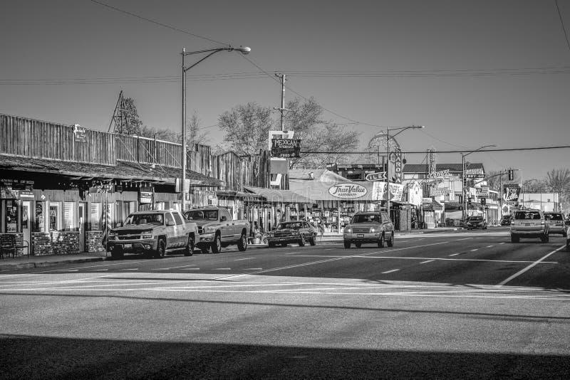 Den typiska gatasikten i den historiska byn av ensamt s?rjer - ensamt s?rja Ca, USA - mars 29, 2019 arkivfoton