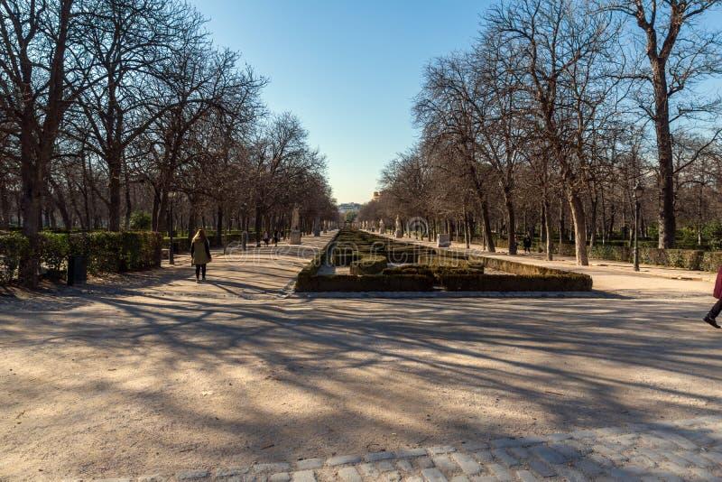 Den typiska gränden i Retiroen parkerar i stad av Madrid, Spanien royaltyfria foton