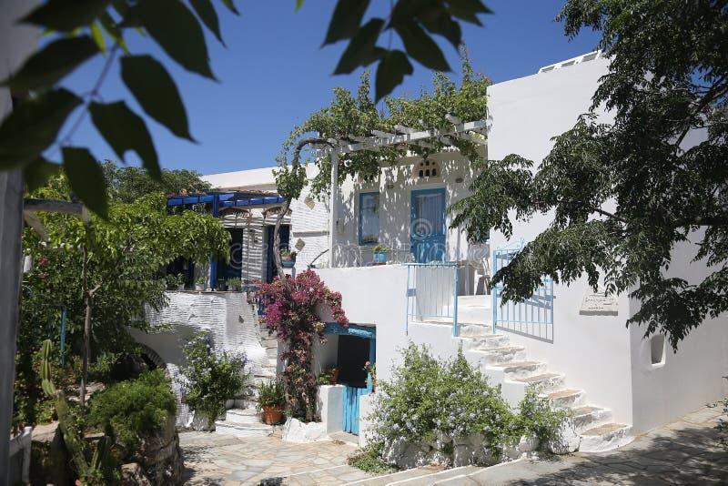 Den typiska grekiska ön kalkade huset i Tinos, Grekland arkivbild