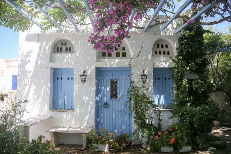 Den typiska grekiska ön kalkade husverandan i Tinos, Grekland royaltyfri foto