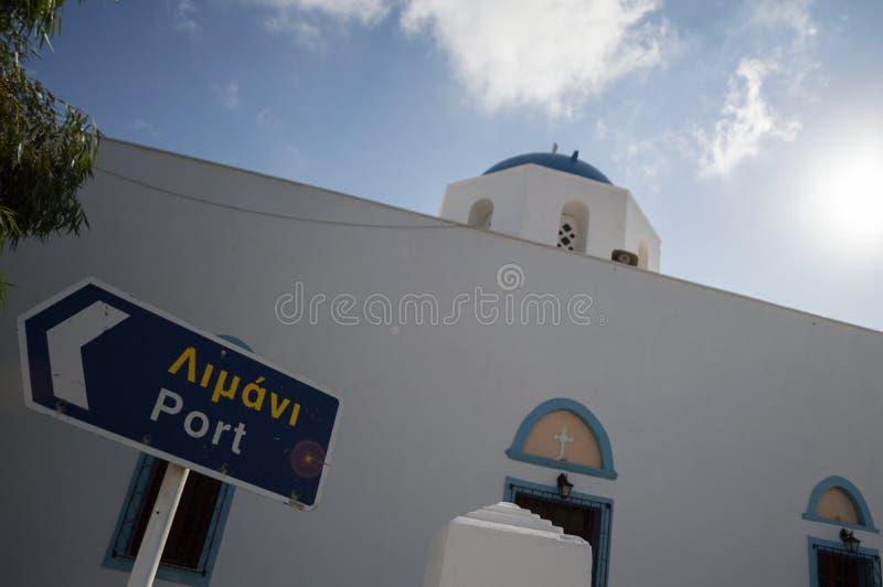 Den typiska kalkade kyrkan med gatan undertecknar in Adamantas, Milos, fotografering för bildbyråer