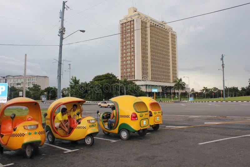 Den typiska kubanska cocotaxien i havannacigarr arkivfoto