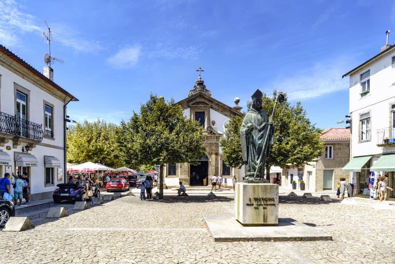Den typiska stadfyrkanten med en staty av en helig biskop, den lilla souvenir shoppar och många touen arkivbild