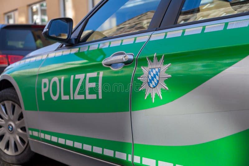 Den tyska bavarianpolisbilen står på gatan arkivfoto