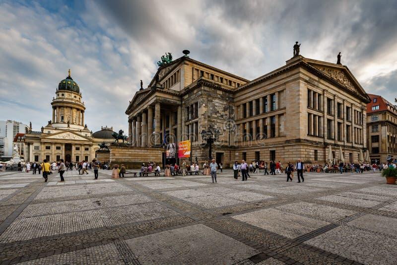 Den tyska domkyrkan och konserthallen på den Gendarmenmarkt fyrkanten i är arkivfoto