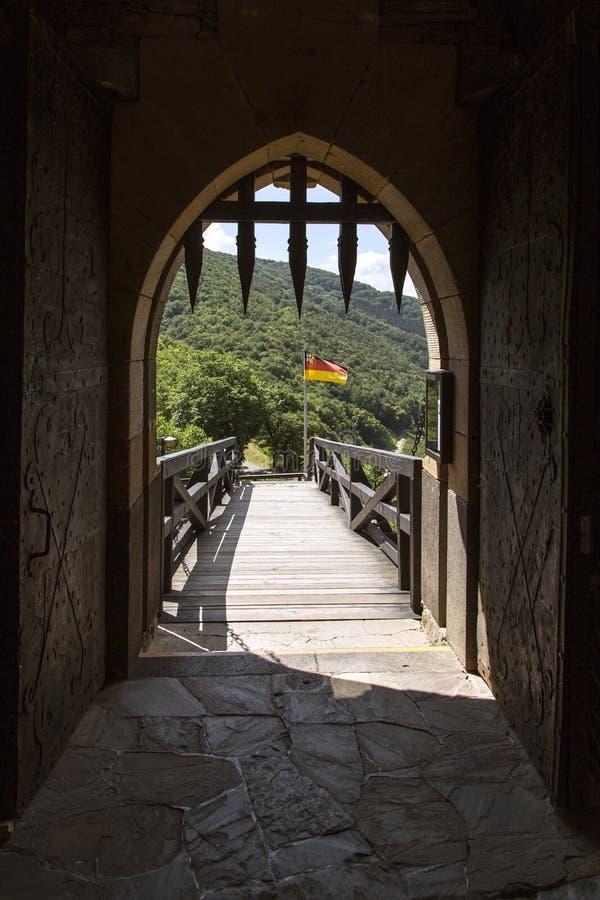 Den tyska flaggan flyger i vinden för thurant slott royaltyfri bild