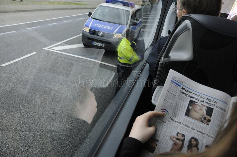 Den tyska polisen på passkontroll i den Rostock Tyskland fotografering för bildbyråer