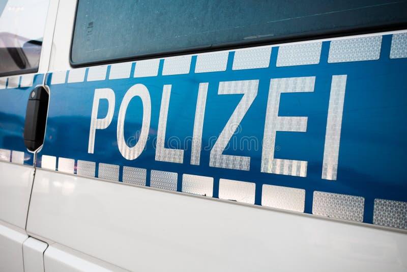 Den tyska polisen undertecknar på bilen royaltyfri fotografi
