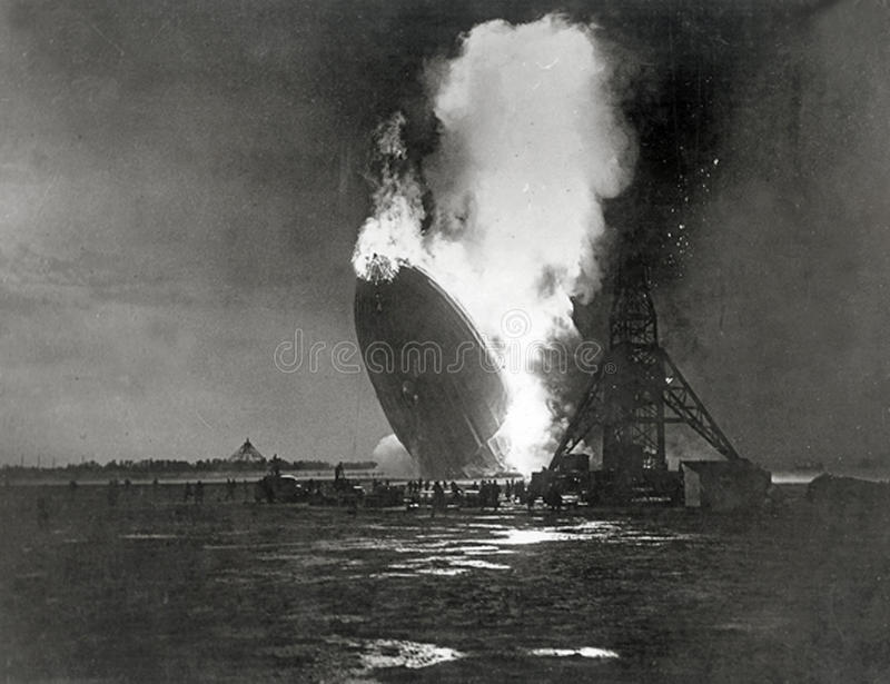 Den tyskHindenburg zeppelinaren exploderar royaltyfri bild