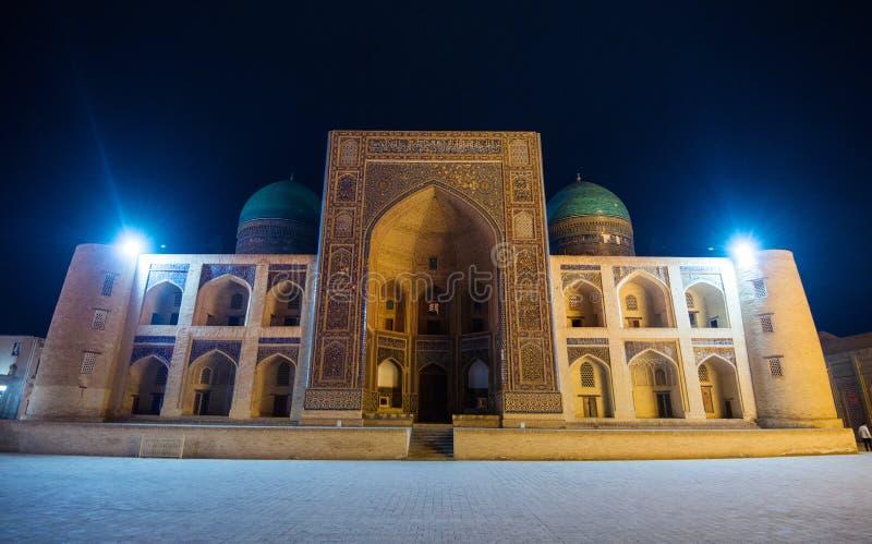 Den tysta Kalon moskén, den Madrasah för araben Mir-jag fyrkanten, historisk forntida byggnad fördärvar på natten, Bukhara, Uzbek royaltyfri fotografi