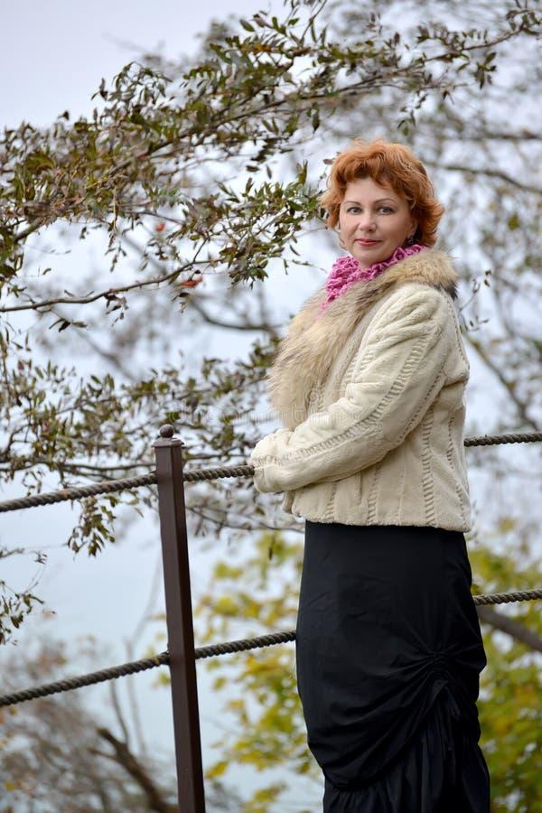 Den tysta kvinnan av genomsnittliga årskostnader på observationsdäcket arkivbild