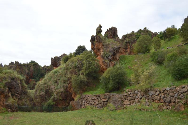 Den underbara geologiska platsen och mineral i det naturligt parkerar av Cabarceno den gamla minen av extraktion av järn Augusti  fotografering för bildbyråer