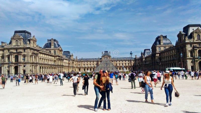 Den underbara Louvremuseumfyrkanten royaltyfri foto
