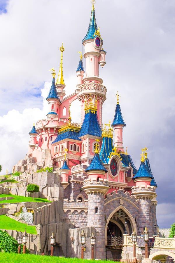 Den underbara magiska prinsessaslotten på sagan parkerar arkivfoto