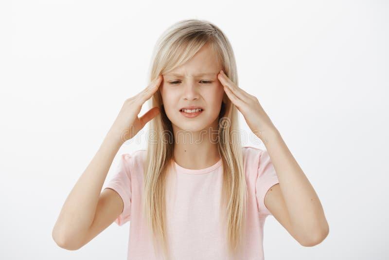 Den Unfocused bekymrade ungen kan inte tänka klart och rymma information i åtanke Bekymrad förvirrad ung flicka med blont hår royaltyfri fotografi