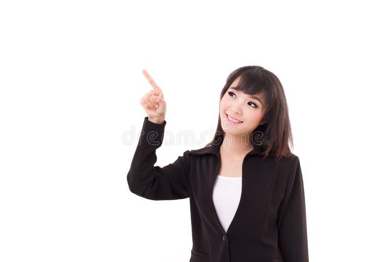 Den unga affärskvinnan pekar upp hennes finger royaltyfri bild