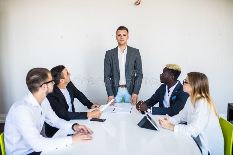 Den unga affärslaggruppen har möte på konferensrum och har discusion om nya idéplan och problem arkivbilder