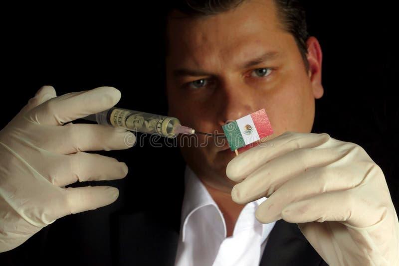 Den unga affärsmannen ger en finansiell injektion till den mexicanska flaggan som isoleras på svart bakgrund arkivbilder