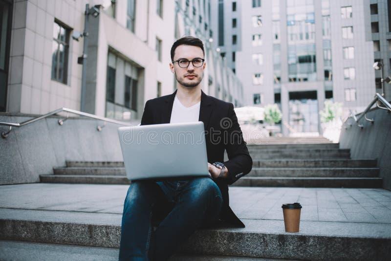 Den unga affärsmannen i en stad royaltyfria foton