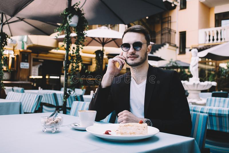Den unga affärsmannen i en stad royaltyfria bilder