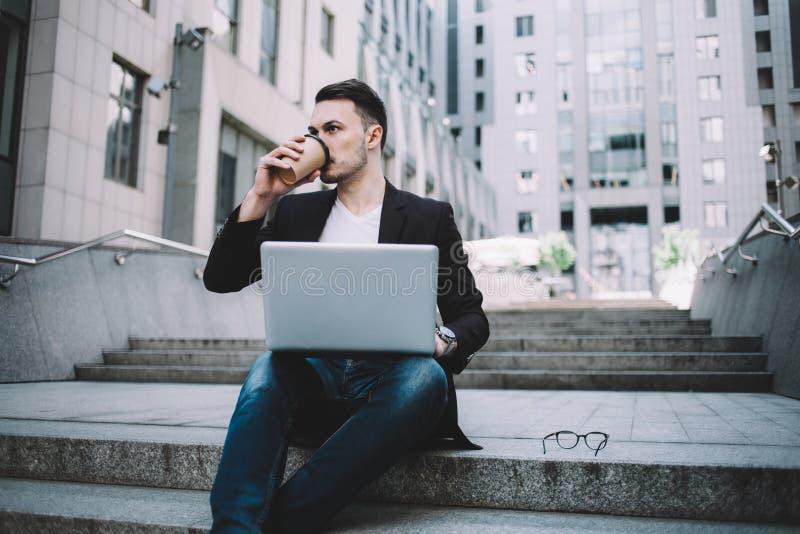 Den unga affärsmannen i en stad arkivfoto