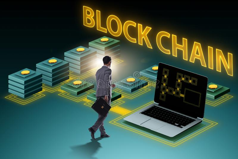 Den unga affärsmannen i innovativt blockchainbegrepp royaltyfri fotografi