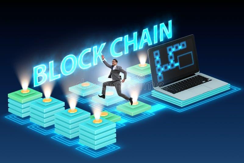 Den unga affärsmannen i innovativt blockchainbegrepp royaltyfria foton