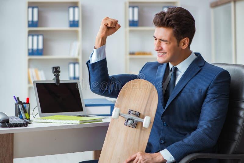 Den unga affärsmannen med skridskon i regeringsställning i sportbegrepp royaltyfria foton